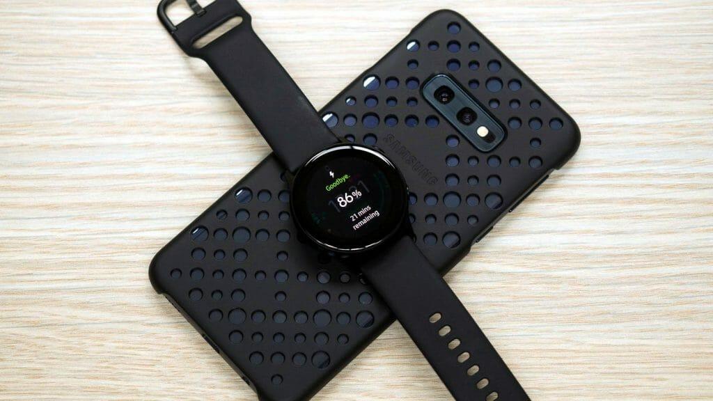 Смартфон Samsung с реверсивной беспроводной зарядкой