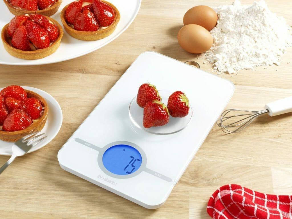 Взвешивание клубники на кухонных весах