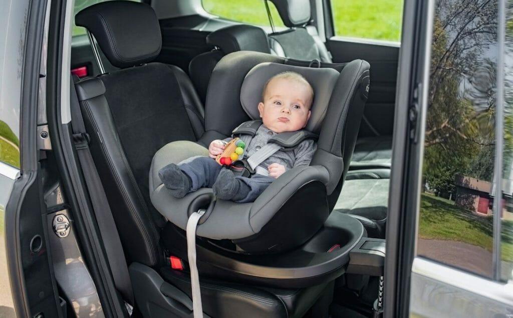 Малыш в детском автокресле