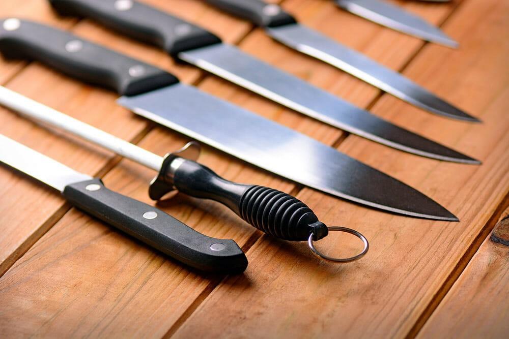 Мусат возле кухонных ножей