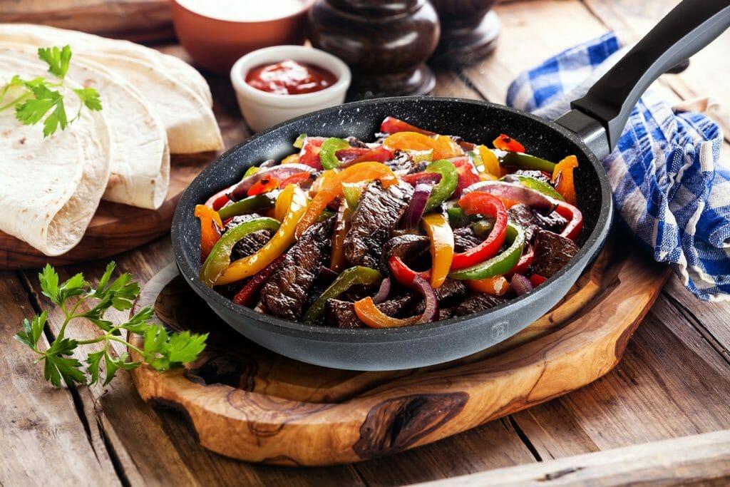 Полная мяса сковорода с мраморным покрытием