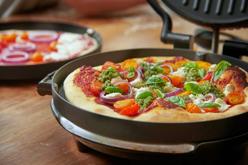 Приготоволение пиццы при помощи электрогриля