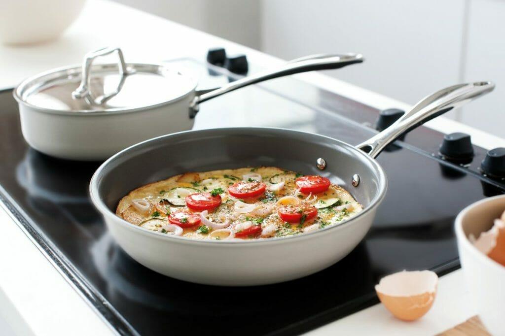 Сковорода с керамическим антипригарным покрытием на плите