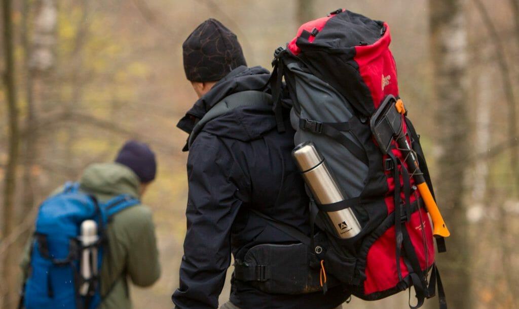 Термос на туристическом рюкзаке в походе