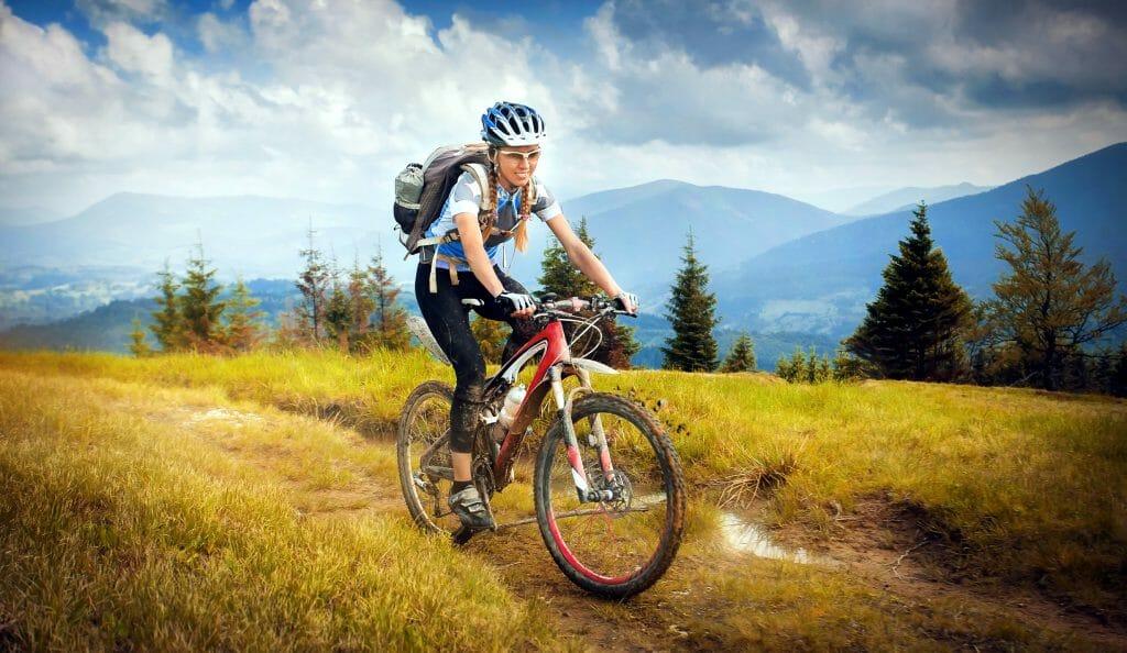 Девушка на горном велосипеде во время похода