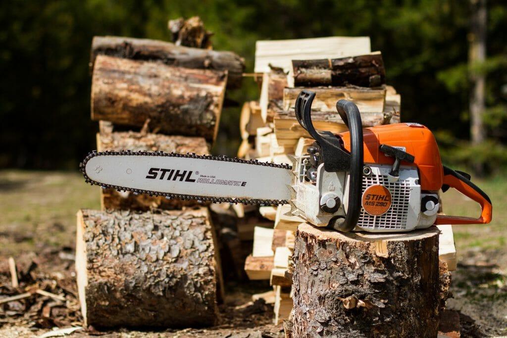 Бензопила Stihl возле дров