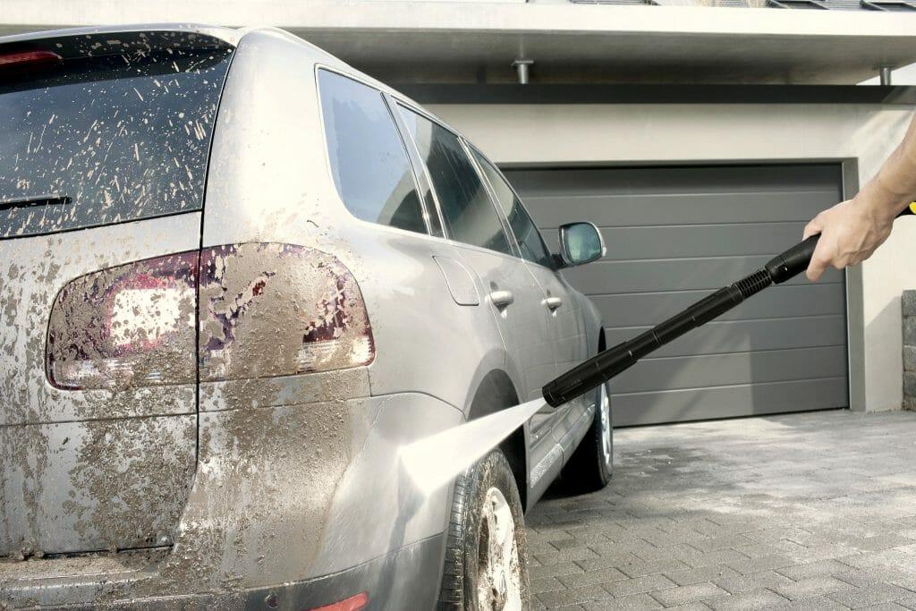 Мойка автомобиля большим напором водяной струи