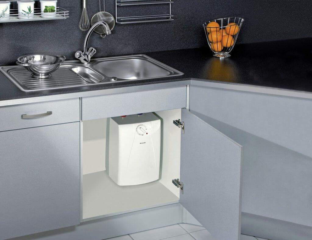Проточный водонагреватель под мойкой на кухне