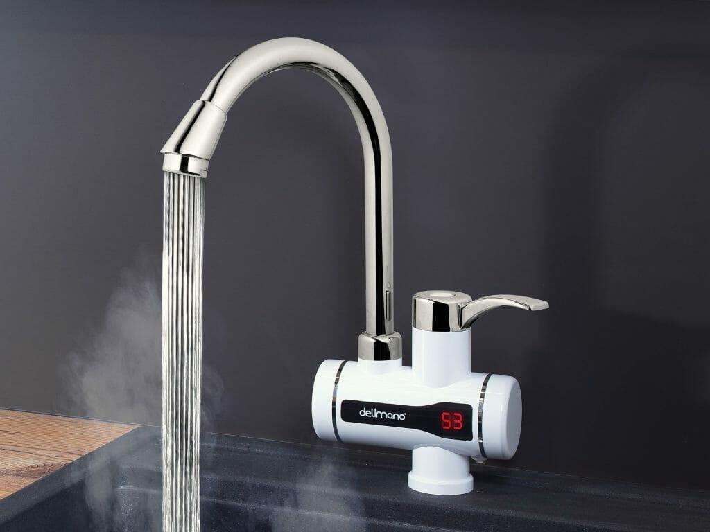 Проточный водонагреватель с экраном на смеситель