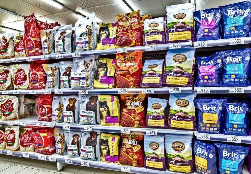 Сухие корма для собак на полках магазина