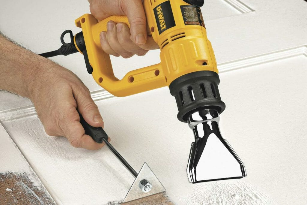 Удаление строительной краски при помощи строительного фена