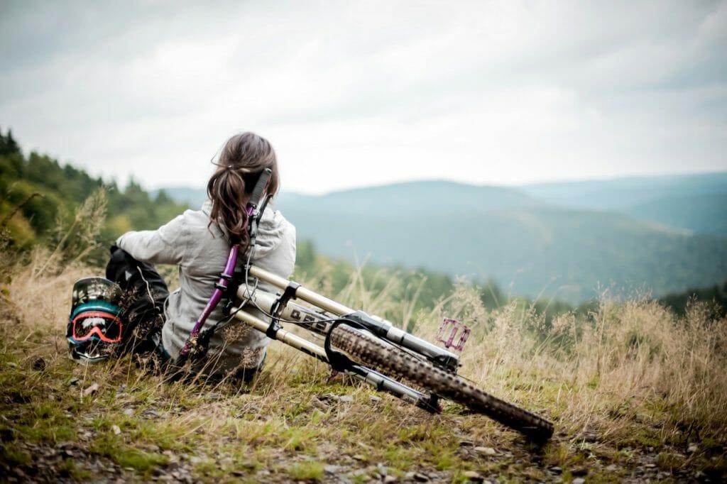 Велосипедистка любуется шикарным видом
