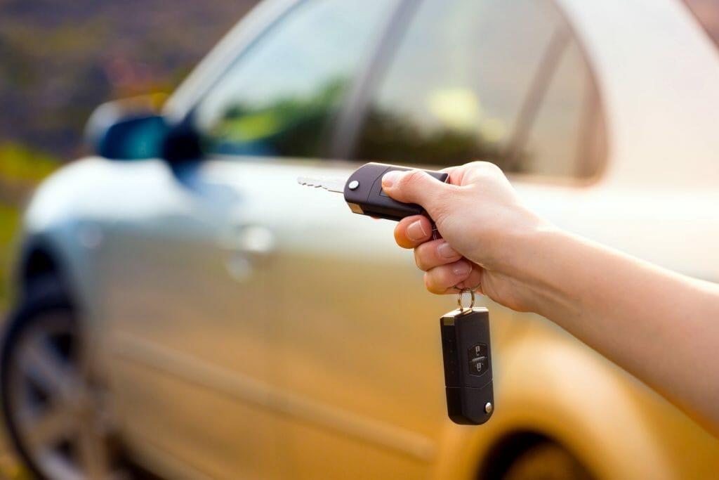 Автомобильные ключи в руках