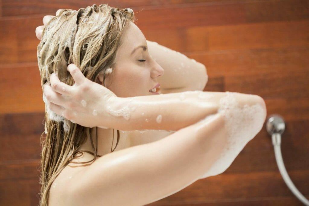 Очищение волос безсульфатным шампунем