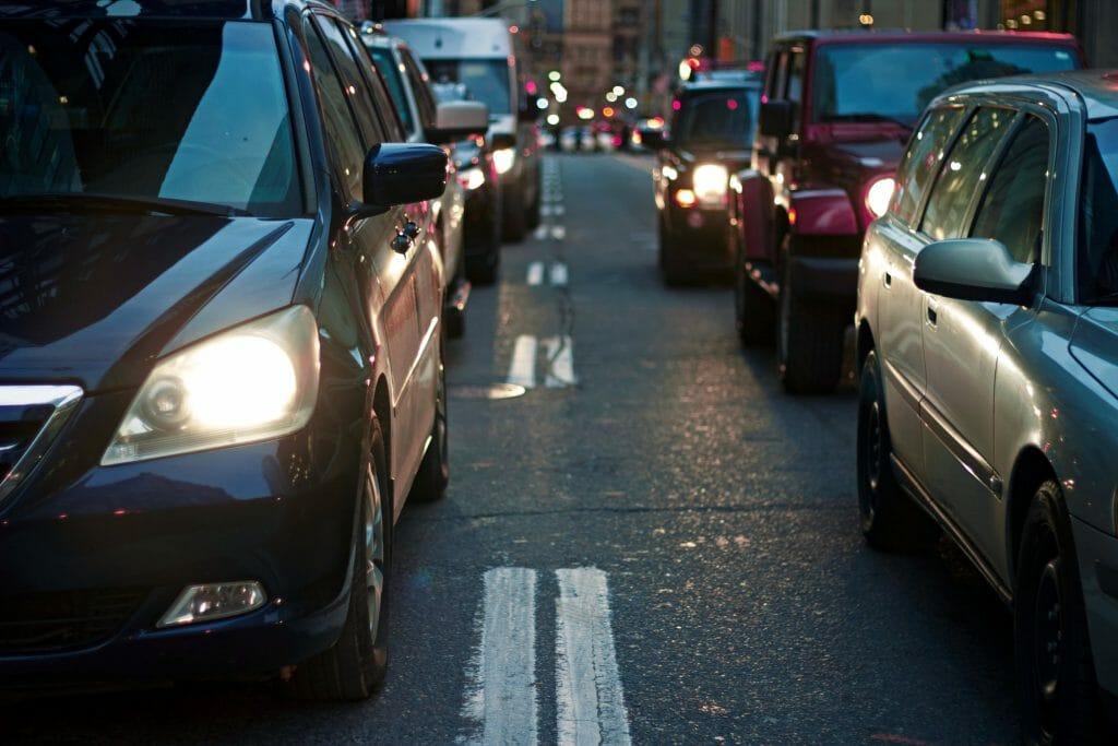 Городской трафик в сумерках
