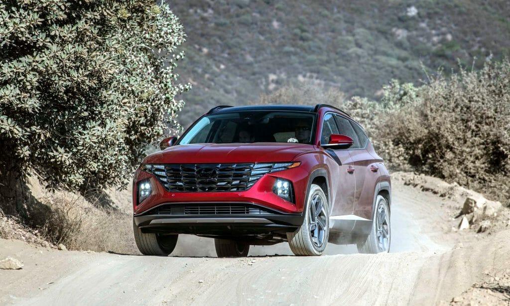 Hyundai Tucson летом на грунтовке