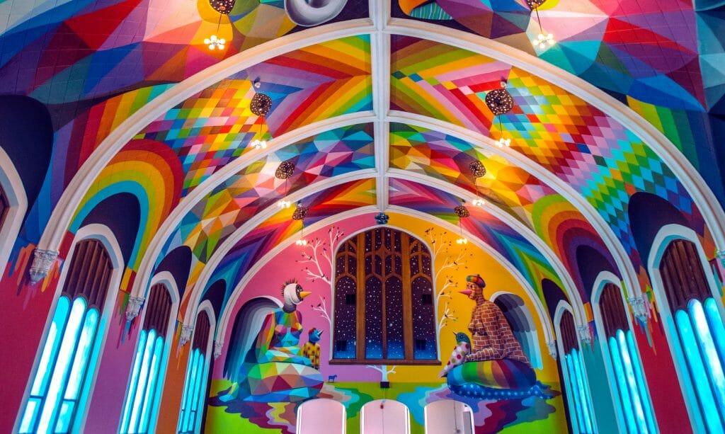 Красочно окрашенный потолок