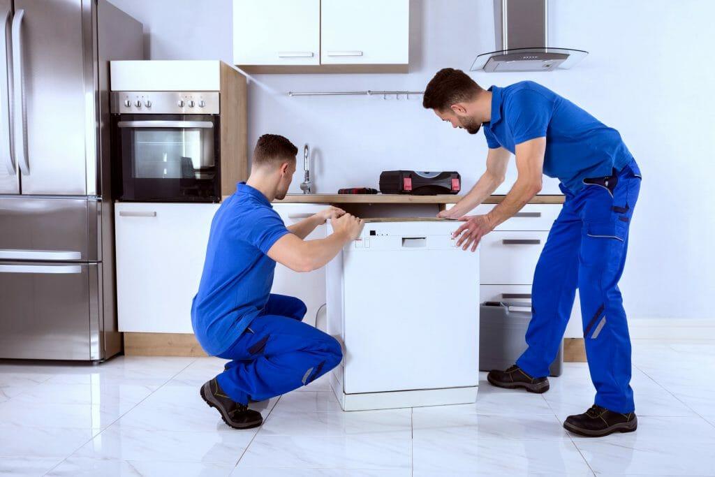 Мастера устанавливают посудомойку