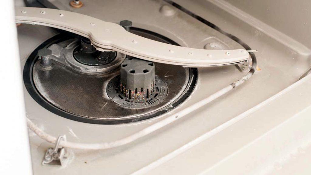 Отложения в нижней части посудомоечной машины