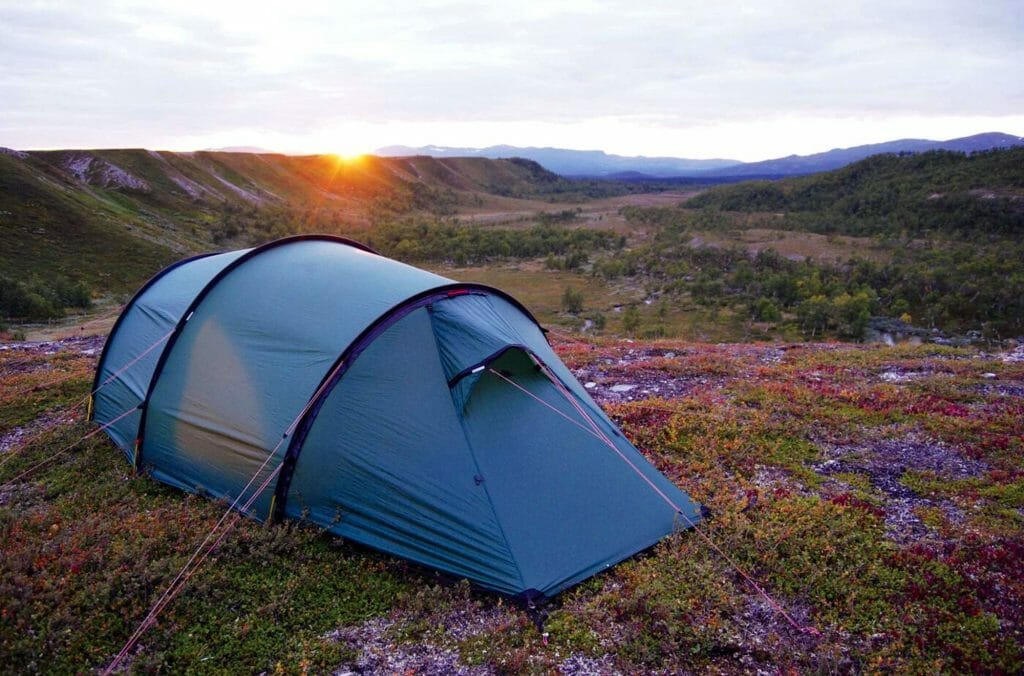 Палатка-полубочка на плато