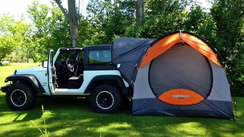 Палатка возле автомобиля