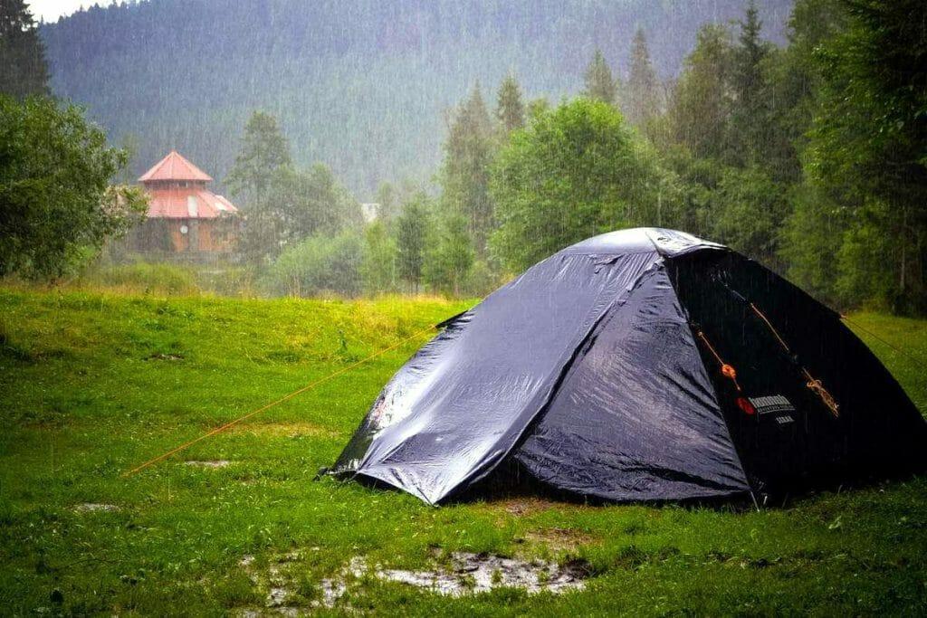 Плотная палатка в горах под дождем