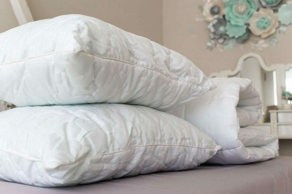 Подушки возле одеяла