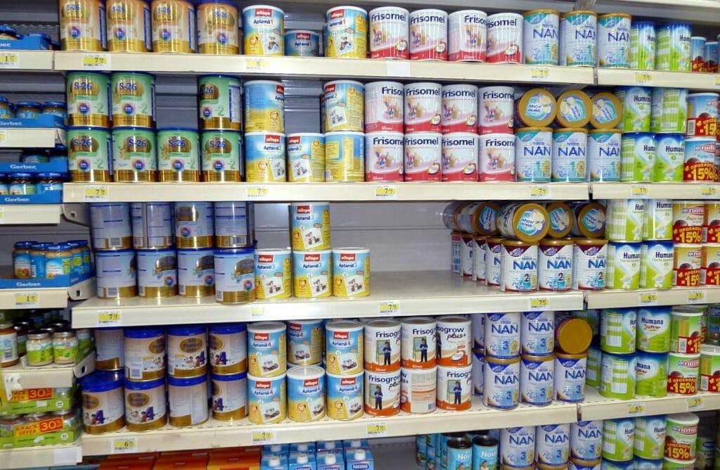 Полка в супермаркете с детскими смесями
