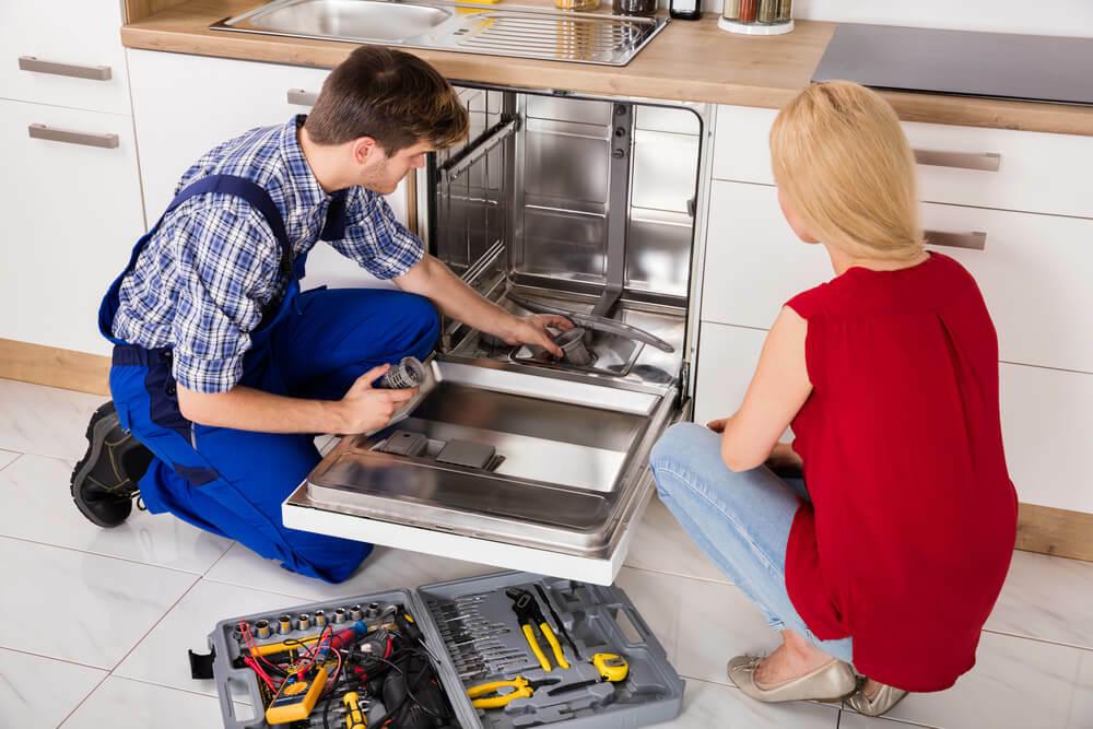 Осмотр камеры посудомоечной машины
