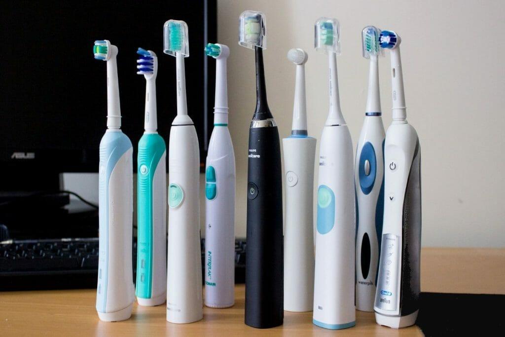Много электрических зубных щеток стоят в ряд