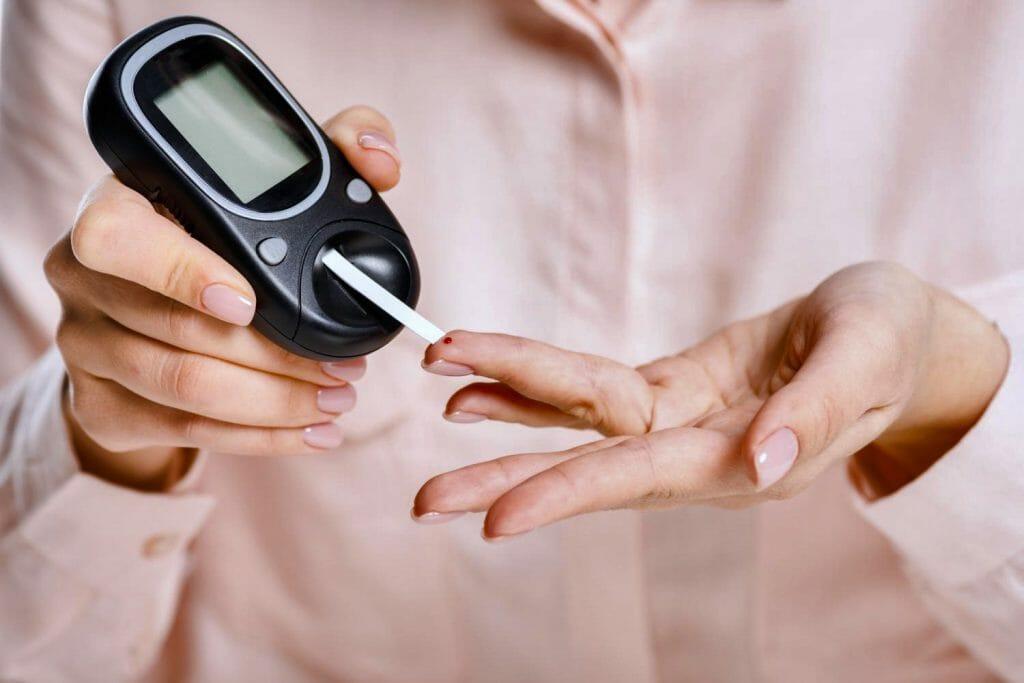 Глюкометр в руках женщины