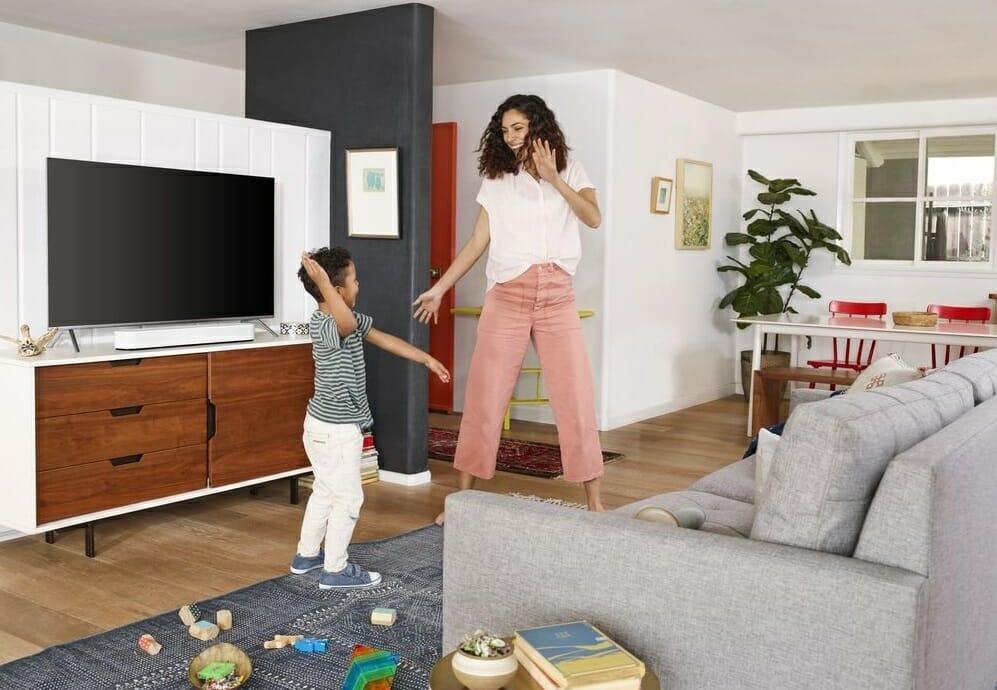 Мама с ребенком танцуют дома