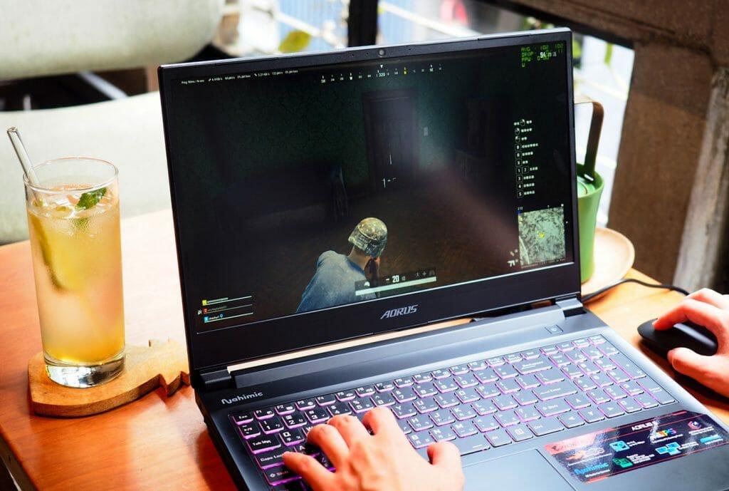 Компьютерная игра на ноутбуке