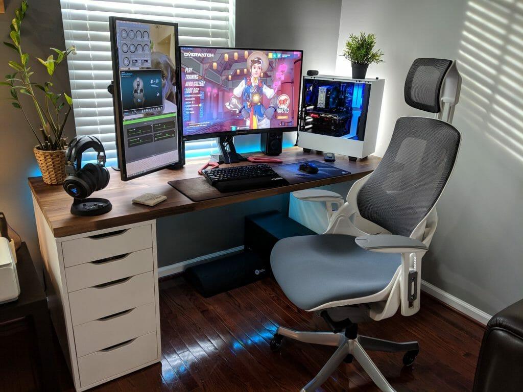 Кресло возле компьютера