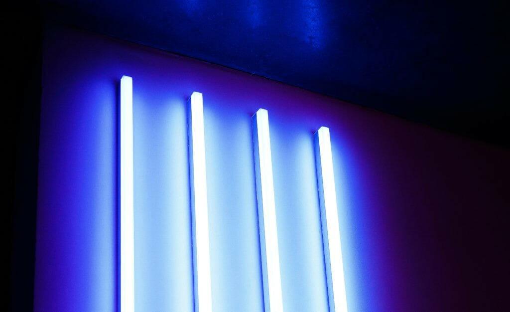 Кварцевые лампы на стене