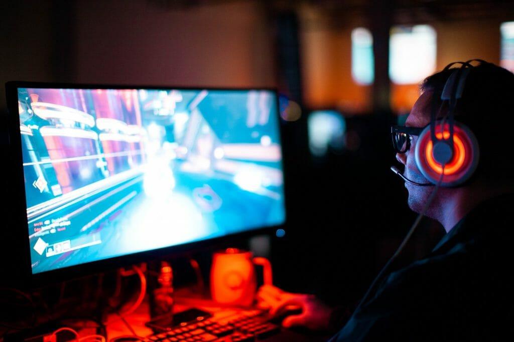Мужчина играет в компьютерную игру