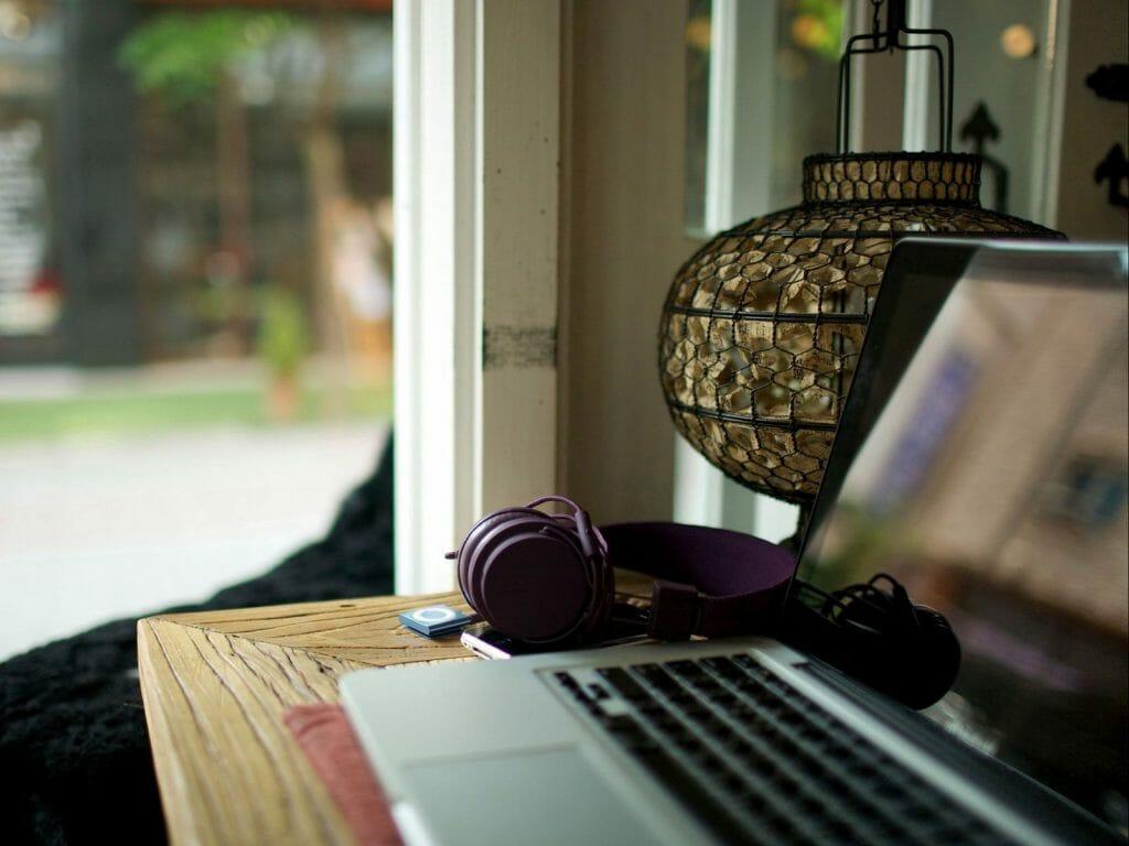 Ноутбук с гарнитурой лежит на столе