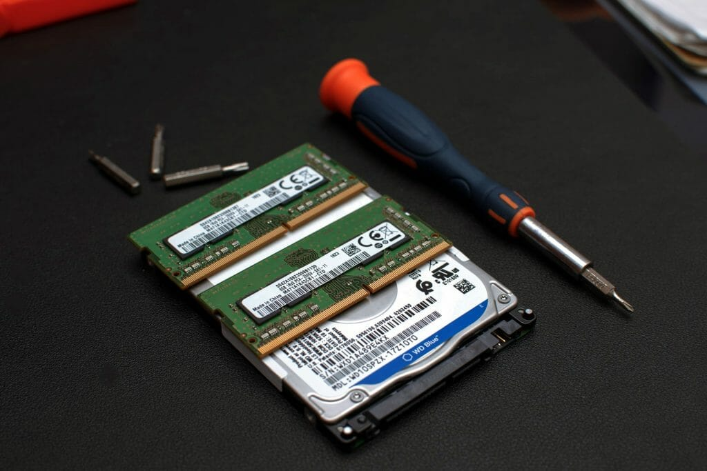Планки оперативной памяти лежат на жестком диске