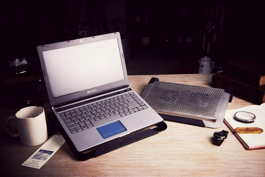 Ноутбук на подставке для охлаждения