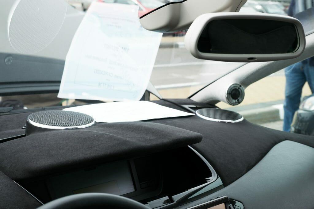 Автомобильный усилитель в перчаточном боксе машины