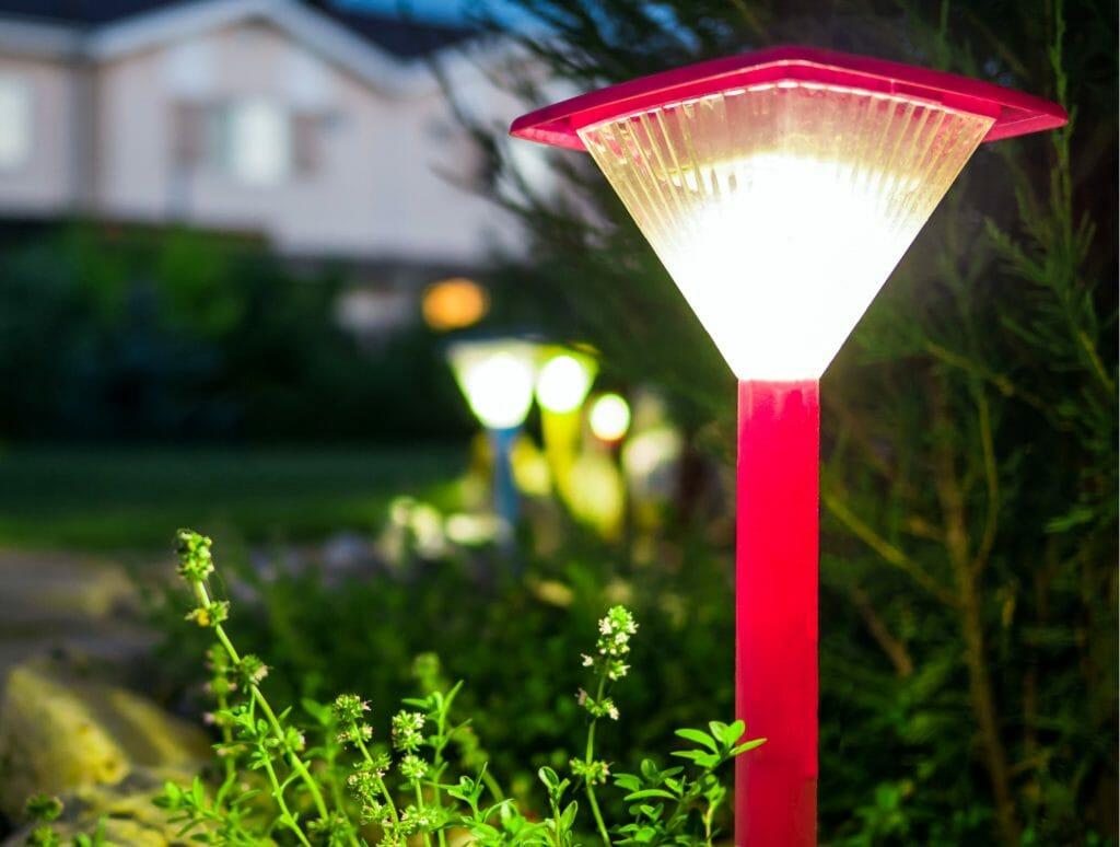 Садовый светильник ночью