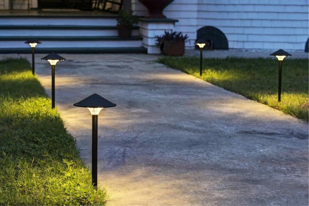 Садовые светильники вдоль аллейки