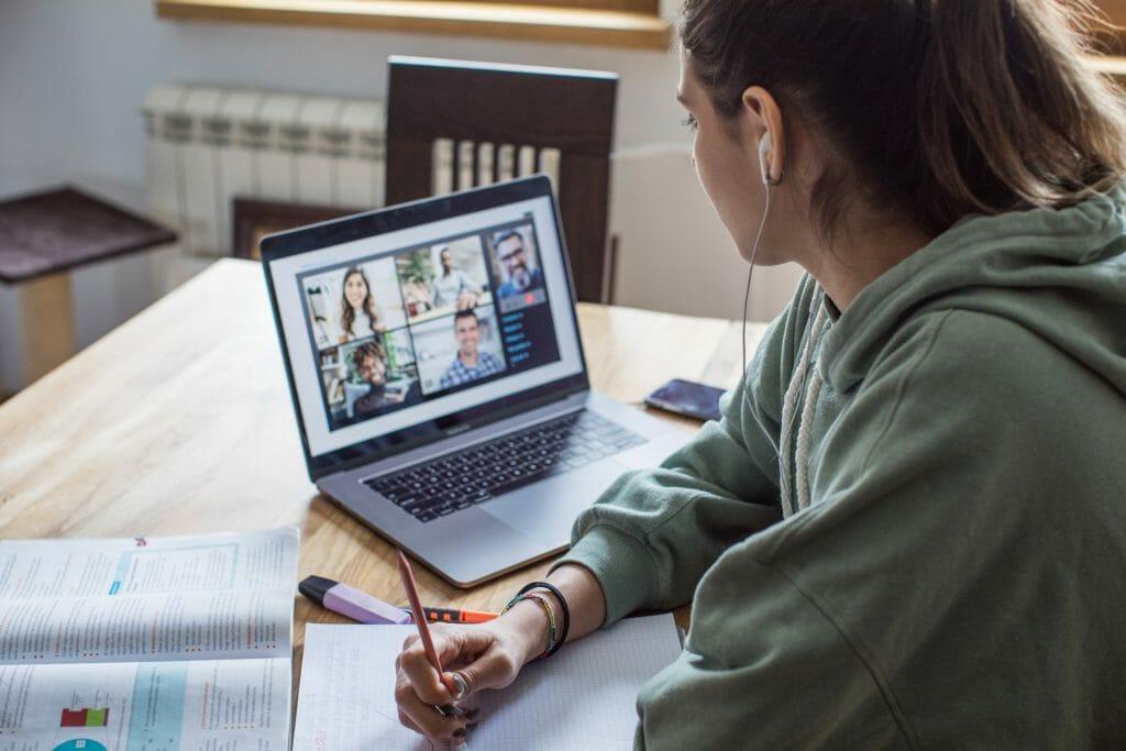 Студентка участвует в видеоконференции