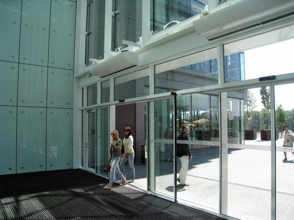 Тепловые завесы входа торгового центра