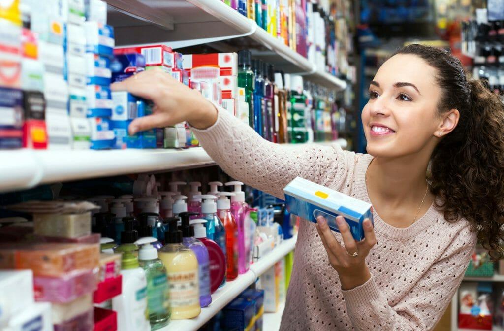Выбор зубной пасты в супермаркете