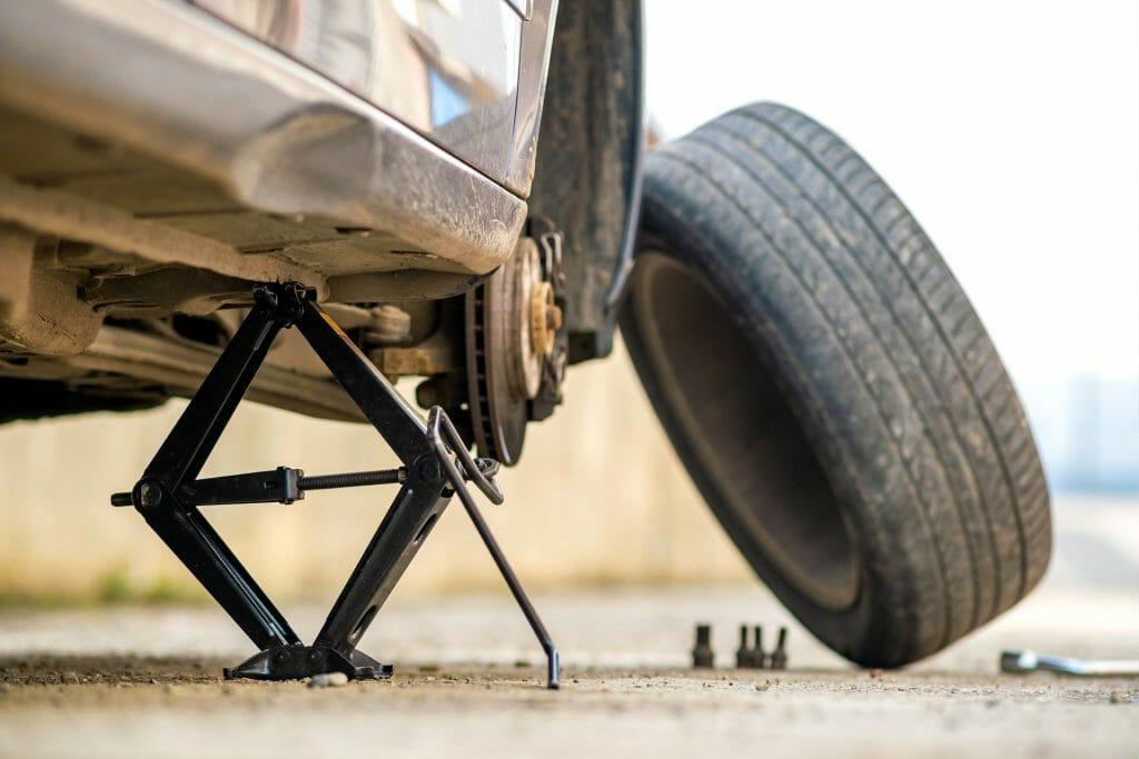 Замена колеса в автомобиле