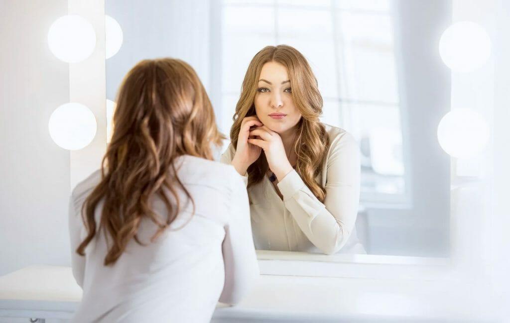 Женщина с прической и макияжем
