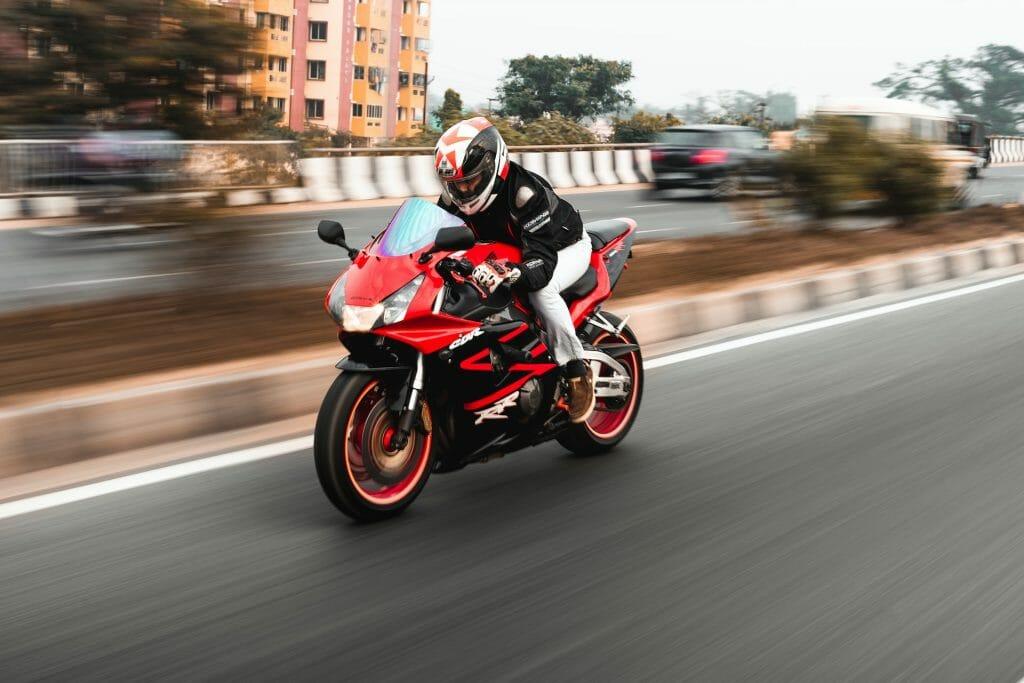 Мотоциклист в движении