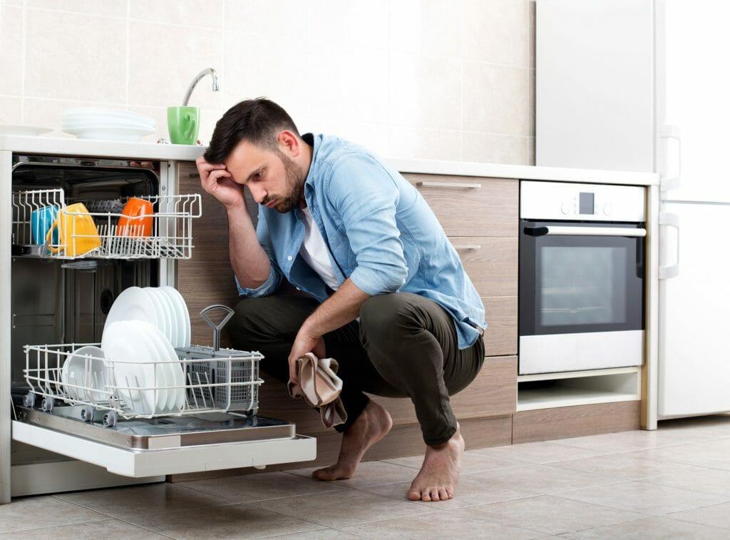 Мужчина возле посудомоечной машины