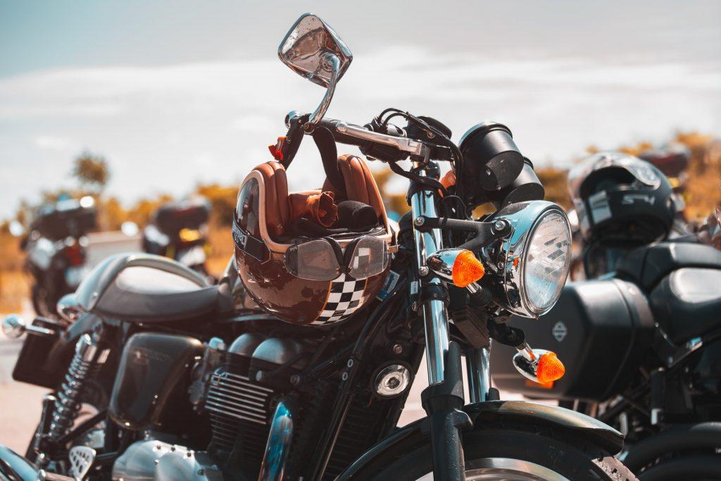 Открытый шлем на руле мотоцикла